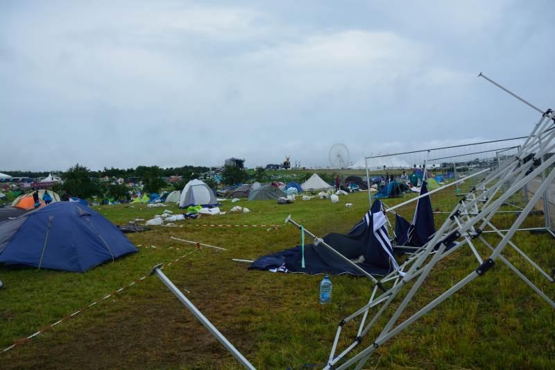 Kaputte Zelte und Verwüstung beim Southside Festival